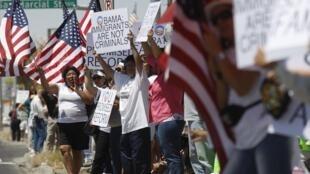 Manifestação durante visita do presidente Barack Obama nesta terça-feira em El Paso, no Texas junto à fronteira com o México.