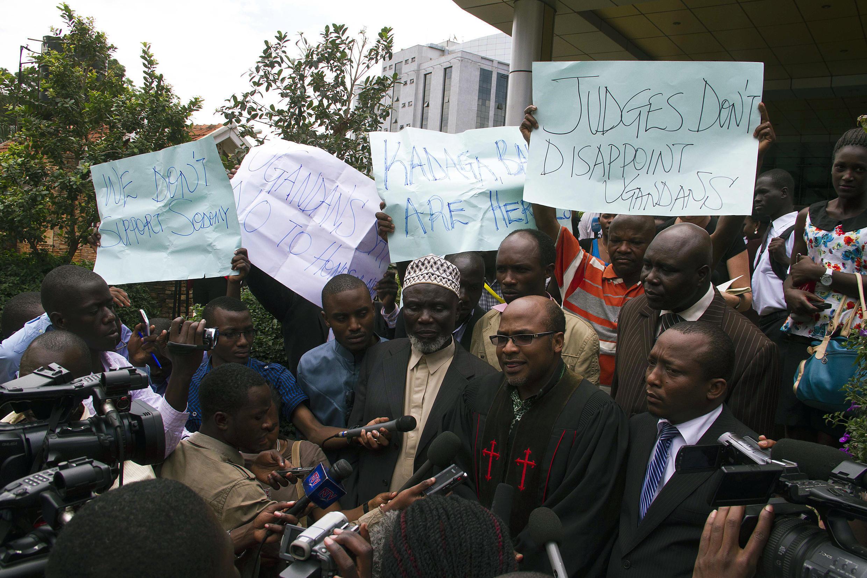 O pastor Martin Sempa, no centro, é um dos defensores da lei e critica a decisão da Corte constitucional de Uganda.