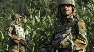 Des soldats de l'armée indienne patrouillent le long de la ligne de contrôle, une ligne de cessez-le feu divisant le Cachemire entre l'Inde et le Pakistan, le 7 août 2013.