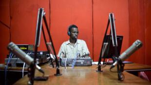 Un employé à Radio Shabelle, Mogadiscio, le 8 décembre 2012.