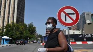 Una marfileña con una mascarilla y guantes en Abiyán, el 16 de marzo de 2020