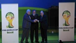 O presidente Lula (ao centro), o presidente da CBF Ricardo Teixeira (à esq.) e o presidente da Fifa Joseph Blatter durante cerimônia de apresentação do emblema do Mundial de 2014.