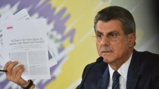 O ministro Romero Jucá tentou, sem sucesso, explicar o ter das gravações ligadas ao Lava Jato durante uma entrevista coletiva.