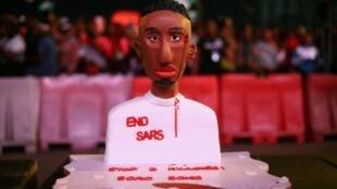 La SARS, brigade anticriminalité est toujours dans le collimateur des manifestants au Nigeria: ce gâteau illustre la brutalité des agissements des SARS, les Special Anti-Robbery Squads, le 17 octobre 2020.