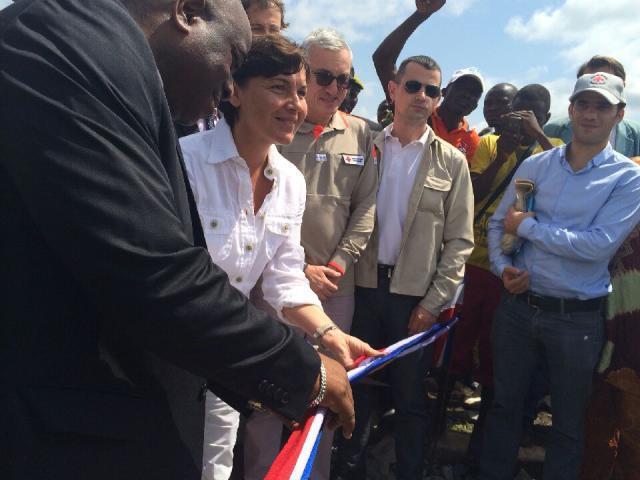 Annick Girardin inaugure le nouveau centre de traitement d'Ebola à Macenta (Guinée forestière), le 14 novembre 2014.
