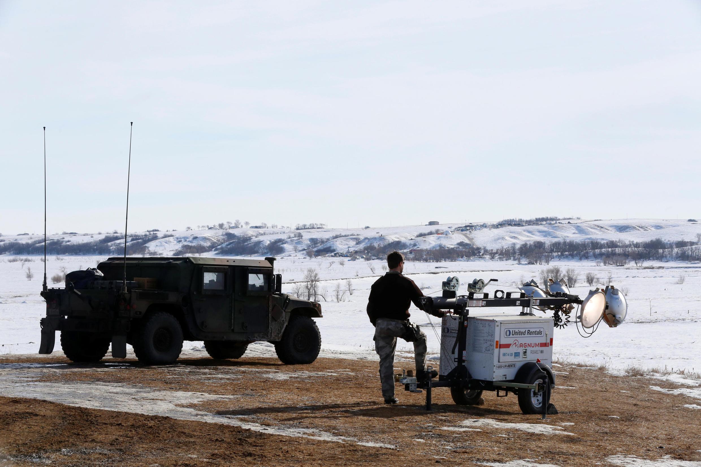 Des officiers de sécurité contrôlent la zone du chantier du pipeline, le 29 janvier 2017, dans le Dakota du Nord.