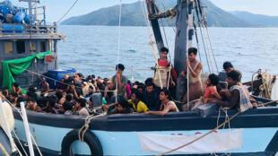 Un bateau de migrants Rohingyas, arrêté par la marine malaisienne dans ses eaux territoriales au large de l'île de Langkawi, le 5 avril 2020.