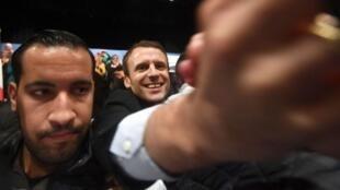 Alexandre Benalla (izquierda) cuando escoltaba al presidente Macron.