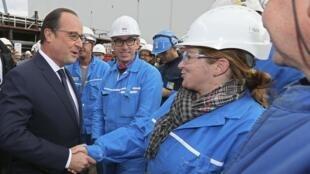 Le président français François Hollande visite les chantiers navals STX France à Saint-Nazaire, ce mardi 13 octobre 2015.