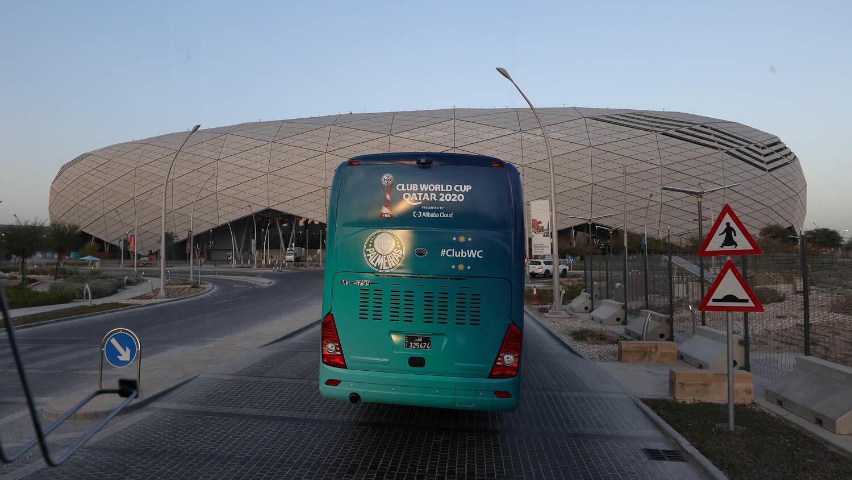 O ônibus do Palmeiras em frente ao estádio Education City, local do jogo deste domingo.