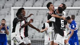 Cristiano Ronaldo (C) est enlacé par ses coéquipiers après avoir ouvert le score pour la Juventus contre la Sampdoria à Turin, le 26 juillet 2020