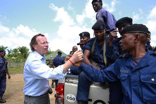 Le Chef de la Monusco, Martin Kobler félicite et encourage une patrouille de la police nationale congolaise à Eringeti au Nord Kivu.