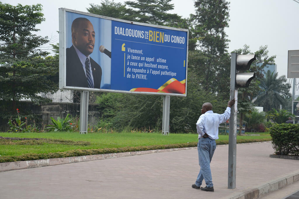 Panneau appelant au dialogue convoqué par le président Joseph Kabila, à Kinshasa en RDC.