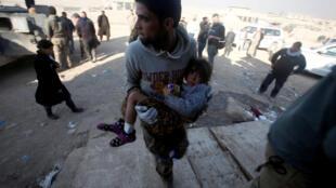 Wata karamar yarinya da aka ceto a Mosul yayin barin wuta da ake tsakanin sojin Iraqi da mayakan ISIL.