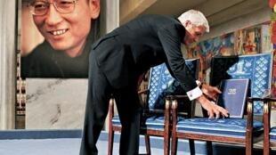 在领奖台上诺贝尔和平奖委员会设了一把空椅子作为刘晓波的替身。