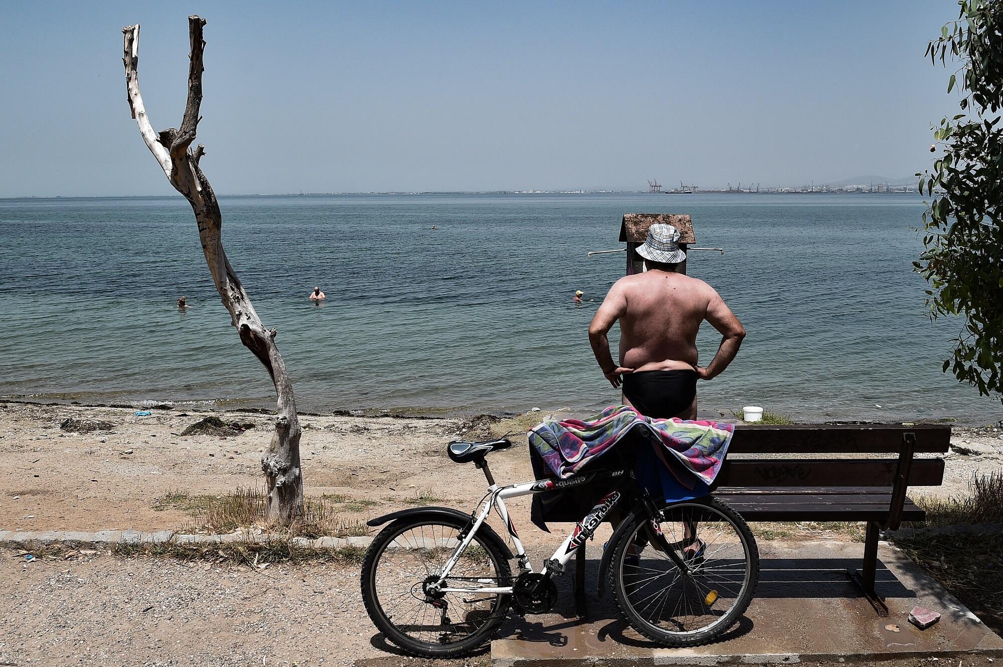 Un hombre cerca de una playa de Tesalónica.