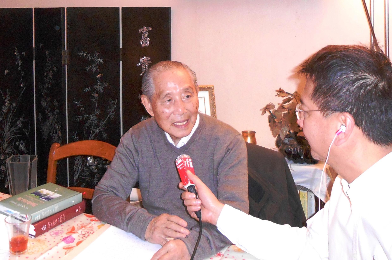 Giáo sư Vũ Quôc Thúc trả lời phỏng vấn RFI tại nhà riêng ở Nanterre, ngoại ô Paris, ngày 08/12/2014.