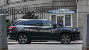Un véhicule de médecin légiste à l'entrée du Metropolitan Correctional Center où le financier Jeffrey Epstein était emprisonné, à New York, le 10 août 2019.