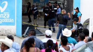 Santana Cruz Bahena, Alcalde electo del municipio de Hidalgotitán, Veracruz, fue ejecutado junto a tres de sus escoltas afuera de su casa por un comando, 20 de noviembre de 2017.