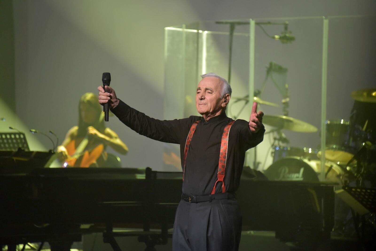 Charles Aznavour trong một buổi trình diễn tại Cung Thể Thao Paris, tháng 9/2015.