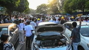 Les protestataires bloquent les rues pour protester contre le coup d'État militaire, à Rangoun, le 17 février 2021.