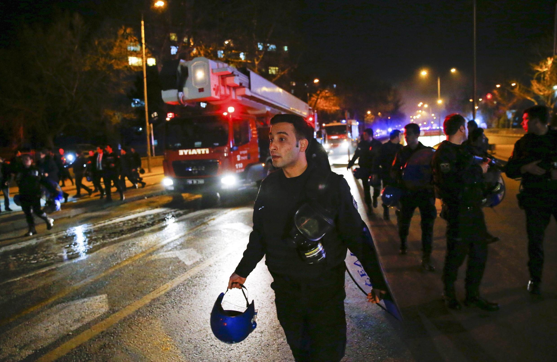 Les secours se pressent sur les lieux de l'explosion d'un véhicule militaire, à Ankara, le 17 février 2015.