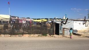 Cinquante réfugiés syriens vivent dans cette ancienne bergerie à l'écart du centre-ville de Kilis en Turquie.
