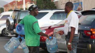 A Kingston, en Jamaïque, les habitants font des réserves en nourriture et en eau.