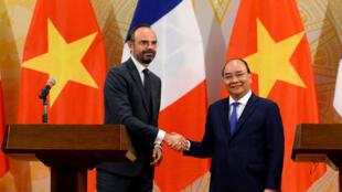 Thủ tướng Pháp Edouard Philippe (T) và đồng nhiệm Việt Nam Nguyễn Xuân Phúc sau lễ ký kết hợp đồng ngày 02/11/2018 ở Hà Nội.