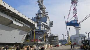 Le porte-avions Charles de Gaulle dans les chantiers de Toulon: 2000 personnes, ouvriers et marins vont s'y croiser pendant 18 mois  pour remettre à neuf le bateau.