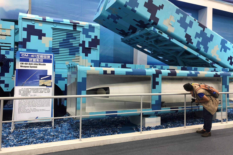 Tham quan hệ thống tên lửa chống chống hạm CM-401 tại một triển lãm quốc tế của Trung Quốc, tỉnh Quảng Đông, miền nam Trung Quốc, ngày 8/11/2018.