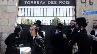 Des juifs ultra-orthodoxes devant le portail du Tombeau des rois, le 27 juin 2019.