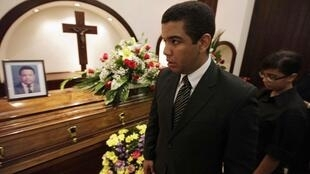 Aníbal Alejandro Barrow, hijo del popular periodista Aníbal Barrow, asiste al funeral de su padre en San Pedro Sula, el 10 de julio de 2013.