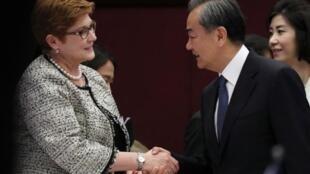 澳大利亞外長佩恩與中國外交部長王毅資料圖片