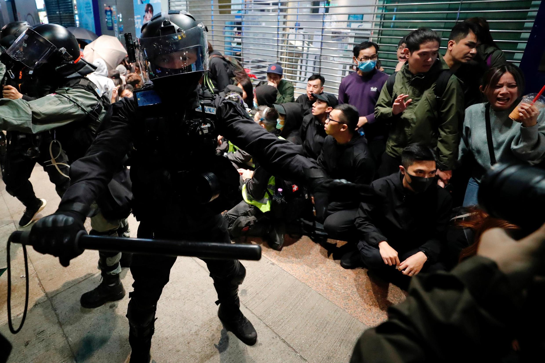 香港警察元旦当晚截查市民资料图片 2020年1月2日