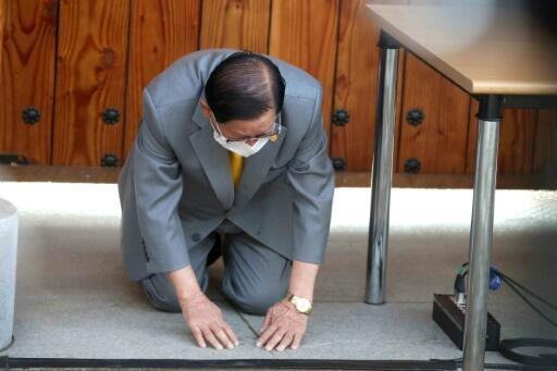 法广存档图片:韩国新天地教主李万熙下跪谢罪 摄于2020年3月2日新闻发布会 Image d'archive RFI: Lee Man-hee, fondateur de l'Église de Jésus Shincheonji, s'agenouille lors d'une conférence de presse à Gapyeong, Corée du Sud, le 2 mars 2020