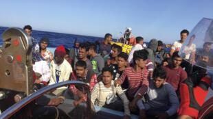 Migrantes son socorridos el 25 de junio de 2020 por el buque humanitario Ocean Viking de la ONG Sos Mediterráneo, tras dos días a la deriva en el Mediterráneo