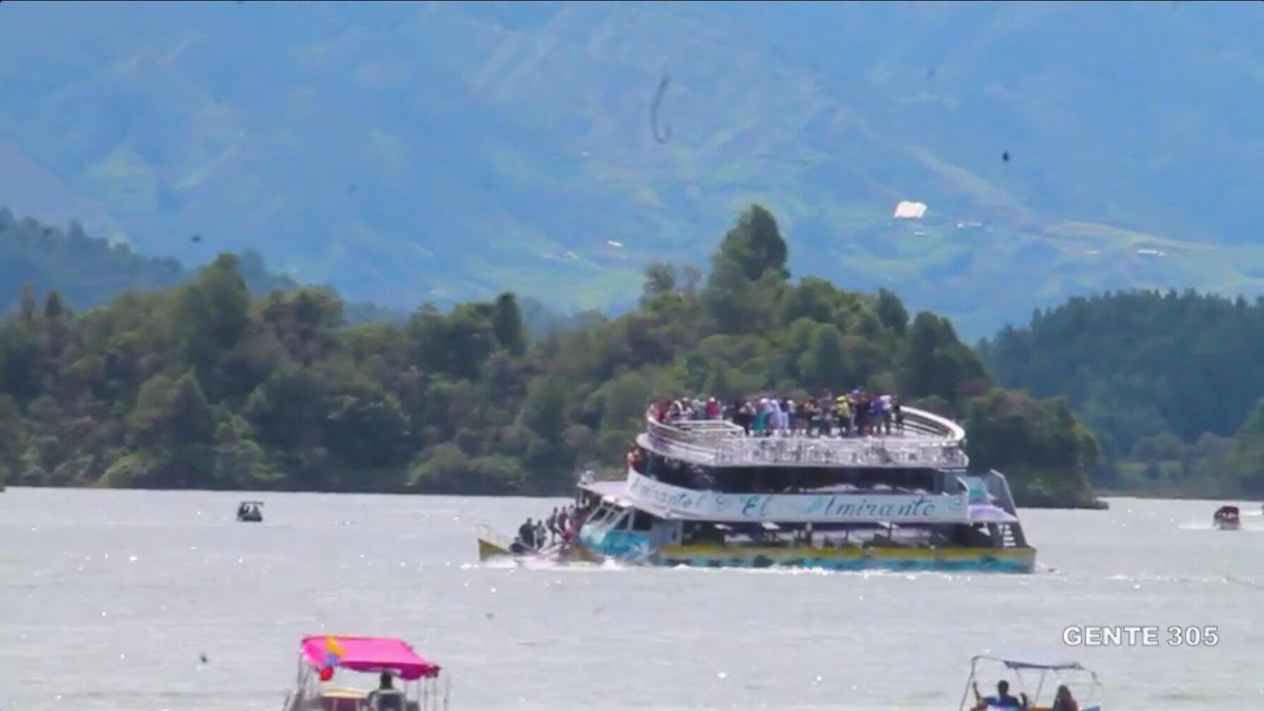Uma embarcação transportando quase 170 pessoas naufragou na represa El Peñol de Guatapé, na Colômbia, em 25 de junho de 2017