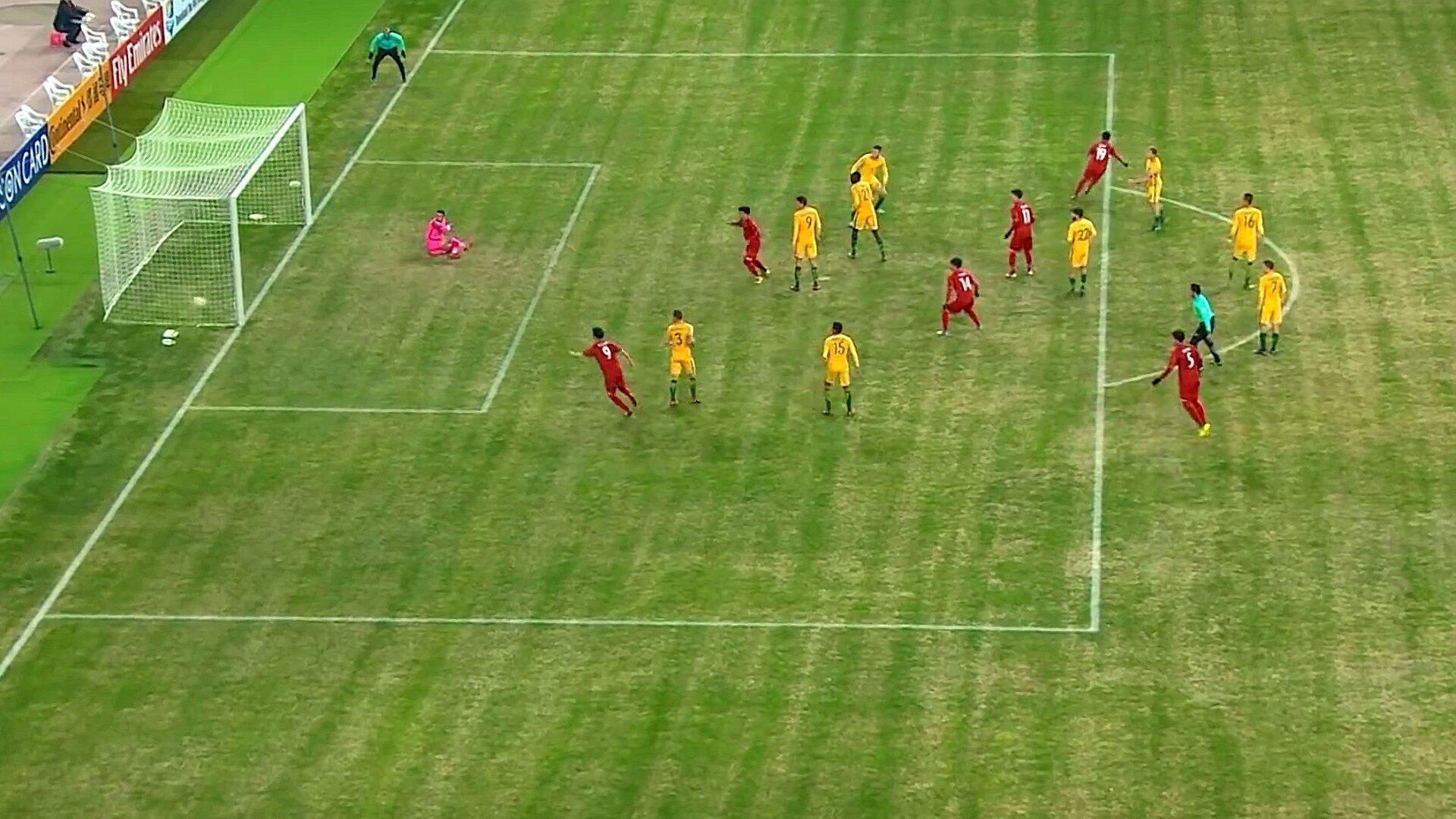 Pha làm bàn của đội tuyển U-23 Việt Nam (áo đỏ) vào phút thứ 72 trong trận thắng đội tuyển Úc (áo vàng) 1-0 tại Giải Vô Địch AFC ngày 14/01/2018.