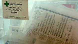 """""""kit de eutanásia"""" disponível nas 250 farmácias da Multipharma belga para os médicos de clínica geral que pretendam praticar eutanásia nas casas dos doentes. 18/04/2005"""
