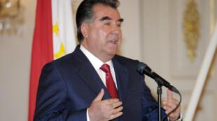 Le président tadjik Emomali Rahmon peut désormais briguer un nombre illimité de mandats, grâce au référendum constitutionnel approuvé par 94,5 % des électeurs. Il est ici à Helsinki (Finlande), le 24 octobre 2012.