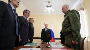 Minuto de silencio del presidente Putin antes de una reunión dedicada al incendio en Siberia que mató 64 personas en Kemerovo, 27 de marzo de 2018.