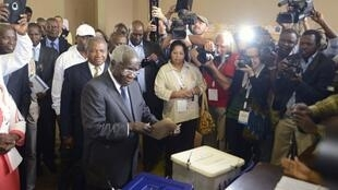 Afonso Dhlakama, líder da Renamo, votando em Maputo no passado 15 de Outubro