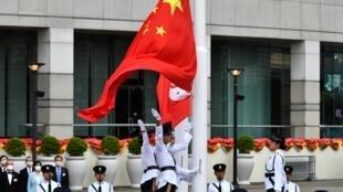 Les drapeaux chinois et hongkongais dressés durant la cérémonie du 23e anniversaire de la rétrocession de Hong Kong à la Chine, le 1er juillet 2020.