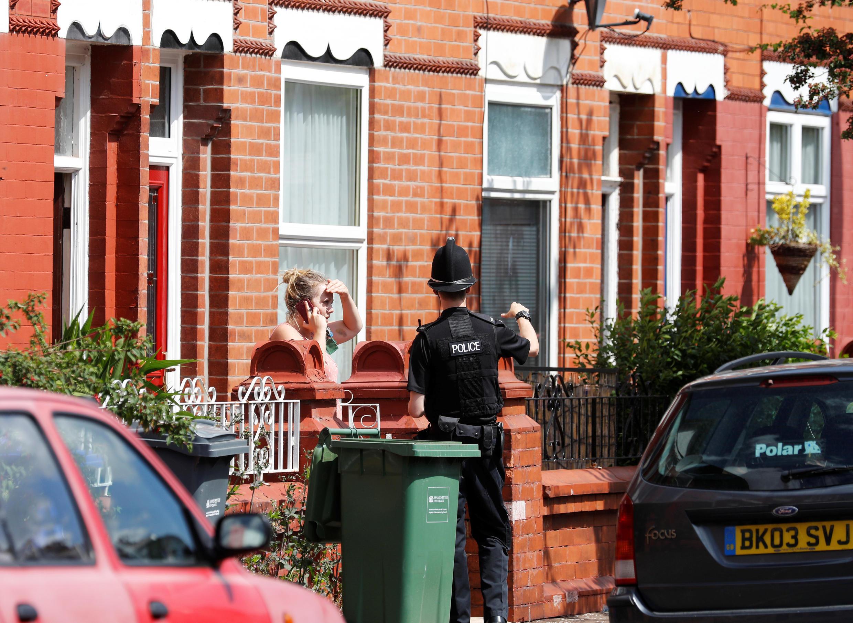 Một cảnh sát đang trao đổi với người dân tại khu Moss Side, Manchester, Anh Quốc ngày 27/05/2017.