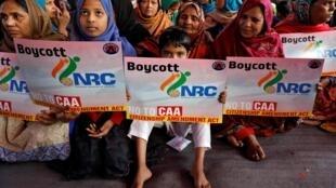 Dans le quartier de Shaheen Bagh, à New Delhi, un groupe de femmes protestent contre la nouvelle loi qui facilite la naturalisation des ressortissants de pays voisins, mais exclut les musulmans.