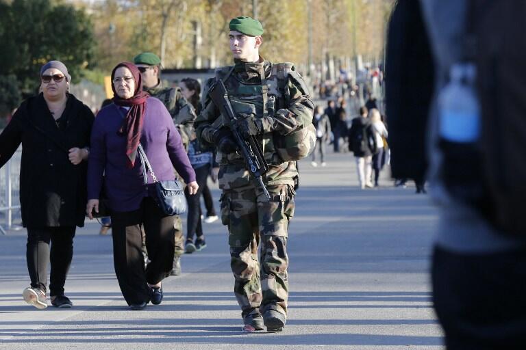 Солдат патрулирует район Эйфелевой башни в Париже.