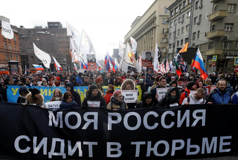 Транспарант, напоминающий о политзаключенных в России, на марше памяти Бориса Немцова в Москве 29 февраля 2020