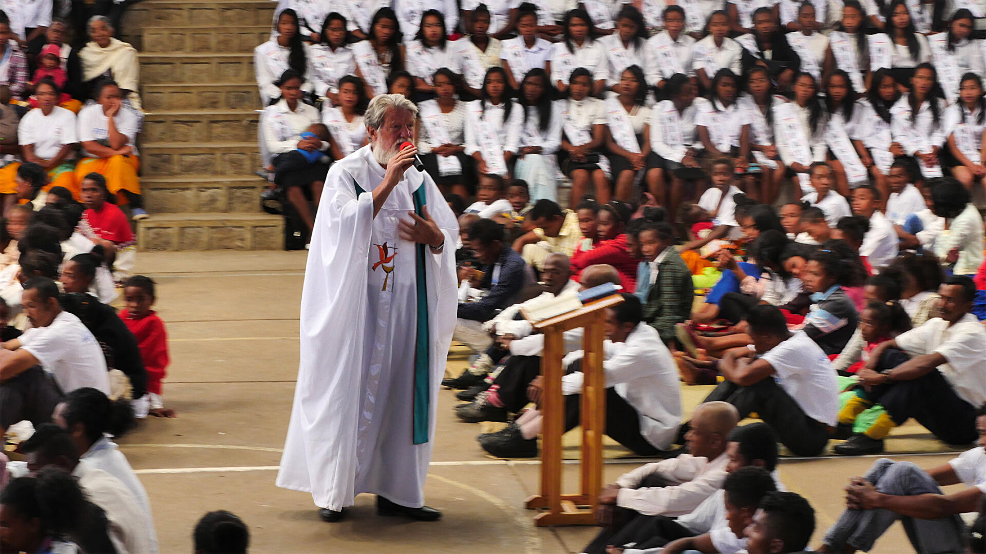 Le père Pedro pendant l'homélie, à Madagascar.