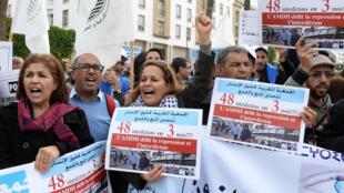 Des membres des organisations de défense des droits de l'Homme manifestent à Rabat, le 16 novembre.